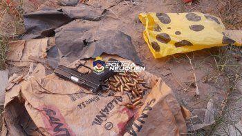 Tras el choque y la violenta pelea de los conductores, la Policía realizó dos allanamientos y secuestró armas, municiones y dos grandes machetes tipo espadas.