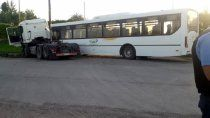insolito choque entre un camion y un colectivo: un pasajero resulto herido