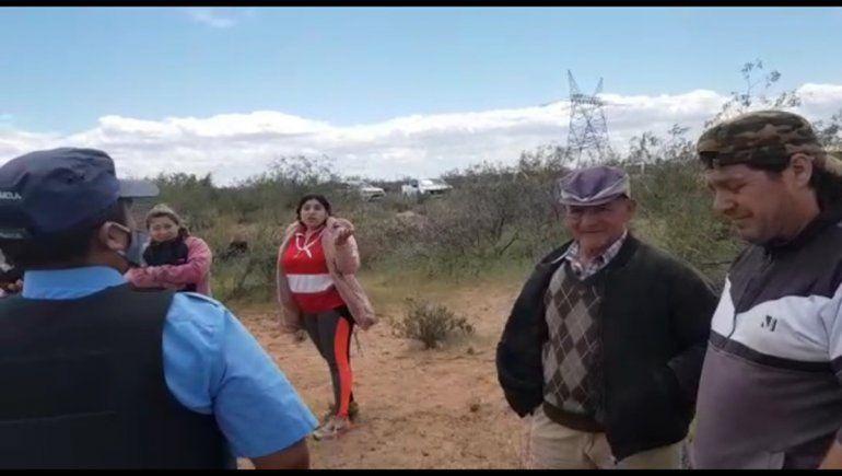 Una foto del sábado pasado de miembros de la comunidad mapuche y la Policía.