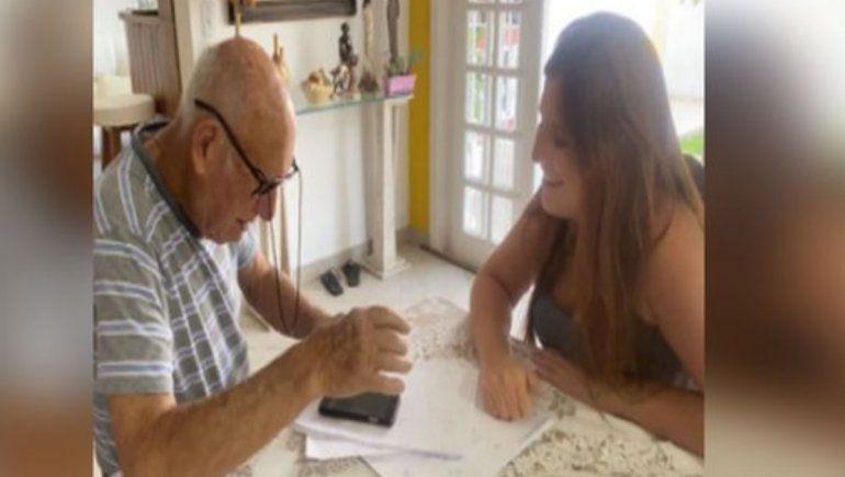 La nieta de este abuelito se dedicó a enseñarle cómo enviar notas de voz en WhatsApp.   Foto: Raphaela Martínez / Facebook