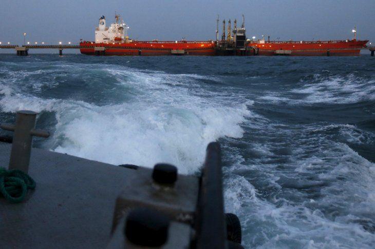 FOTO DE ARCHIVO. Imagen referencial de un buque petrolero mientras se le bombea petróleo en el terminal de buques del complejo industrial José Antonio Anzoátegui de PDVSA en el estado de Anzoátegui