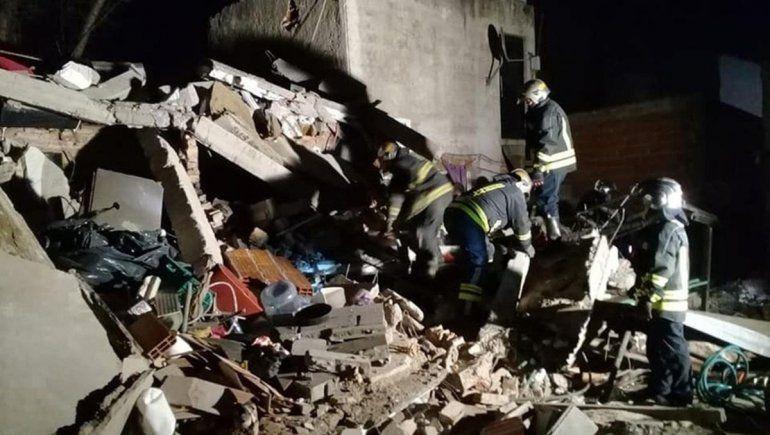 Trágico derrumbe en Lomas de Zamora: murieron dos mujeres  y buscan más víctimas