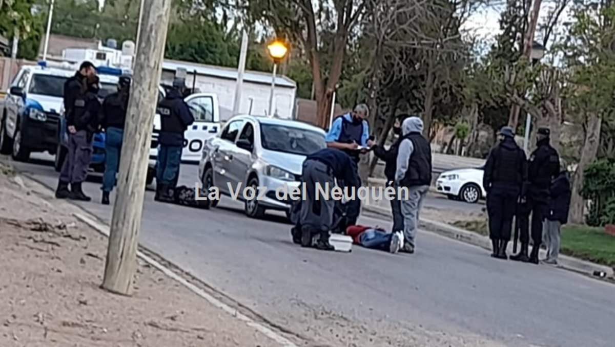 alarma en cutral co por dos jovenes a los tiros en la calle