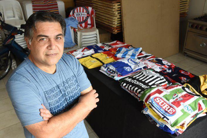 Héctor Quijada junto a su tesoro más preciado: cientos de camisetas de los clubes de fútbol del ascenso de todo el país. Una colección que recorre una parte de la historia del fútbol argentino.