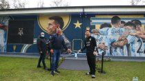 messi inauguro el mural de los campeones: el gesto de dibu y el festejo de di maria