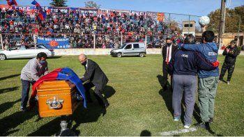 El cajón con la bandera charrúa, la pelota y la tribuna llena.