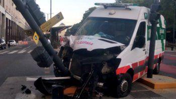Lo mordió un pitbull y la ambulancia que lo trasladaba chocó un semáforo