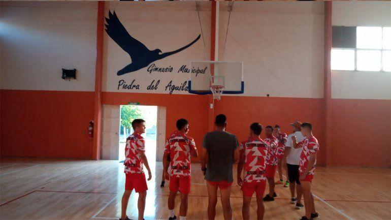 El plantel del Rojo entrenó en el gimnasio de Piedra del Aguila.