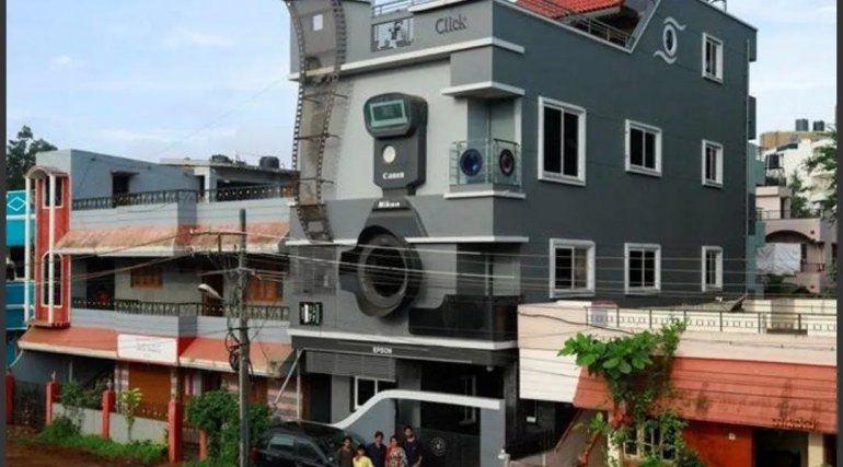 Así luce la fachada de la casa con forma de cámara