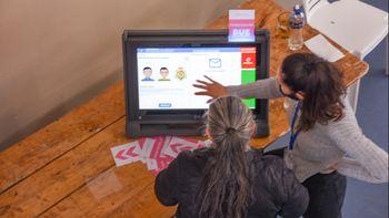 La boleta electrónica se presentó como un desafío para los adultos mayores
