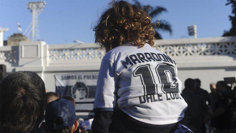 Le hicieron un mural a Maradona, a dos años de su debut como DT del Lobo