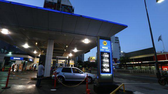 Foto de archivo: una estación de gasolina de la petrolera argentina YPF exhibe los precios por litro de los diferentes combustibles en Buenos Aires. 4 feb, 2016. REUTERS/Enrique Marcarian