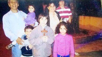Luis González y su familia, buscan a su hermano Ramón Díaz en el Alto Valle.