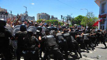 Incidentes en la 9 de Julio cuando cerraron la fila para despedir a Diego