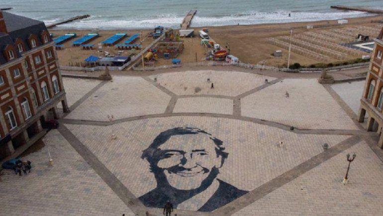 Hicieron un retrato gigante de Kirchner en la rambla y mandaron a borrarlo