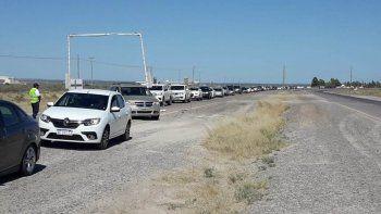 El control de acceso a Las Grutas. Estiman que en el momento de mayor concentración hubo más de 150 vehículos. Después lo solucionaron.