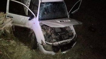 Se le rompió una rueda, perdió el control y volcó sobre la Ruta 151