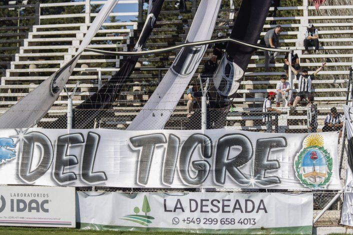 Las banderas de uno de los sectores de la hinchada albinegra, presente en La Visera.