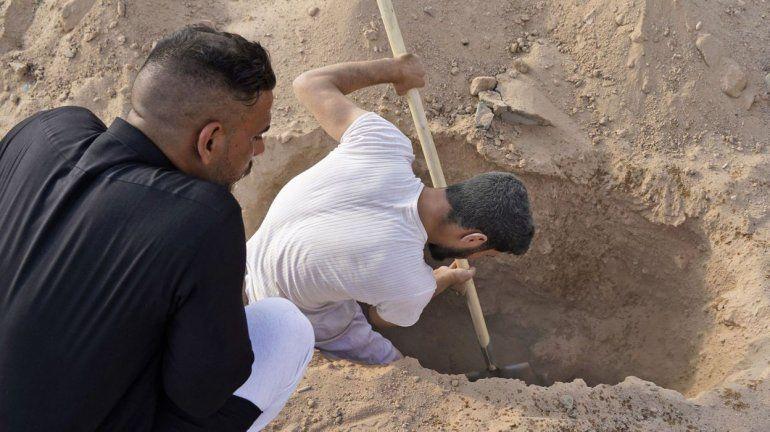 Iraquíes desentierran a sus familiares muertos por Covid-19