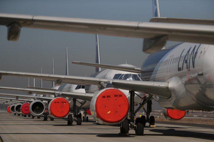 FOTO DE ARCHIVO. Aviones de pasajeros recorren una de las pistas de aterrizaje del aeropuerto internacional de Santiago