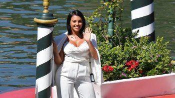 Georgina Rodríguez, la novia argentina de Ronaldo dejó ver la etiqueta de su tapado en Venecia.