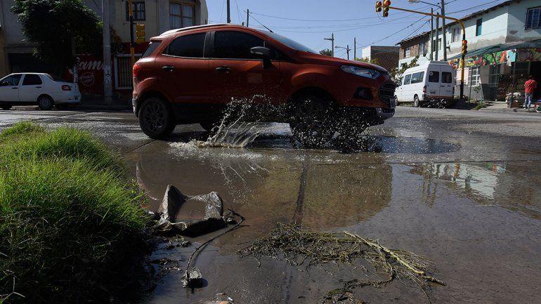La ciudad quiere que el EPAS arregle las calles por caños rotos