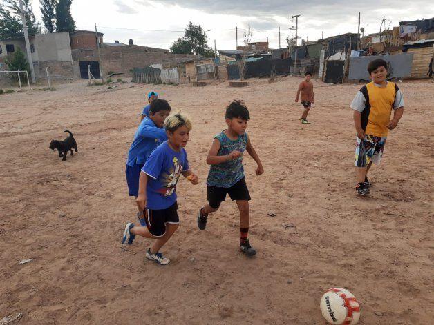 Juntan zapatillas para chicos de una escuelita de fútbol de una toma