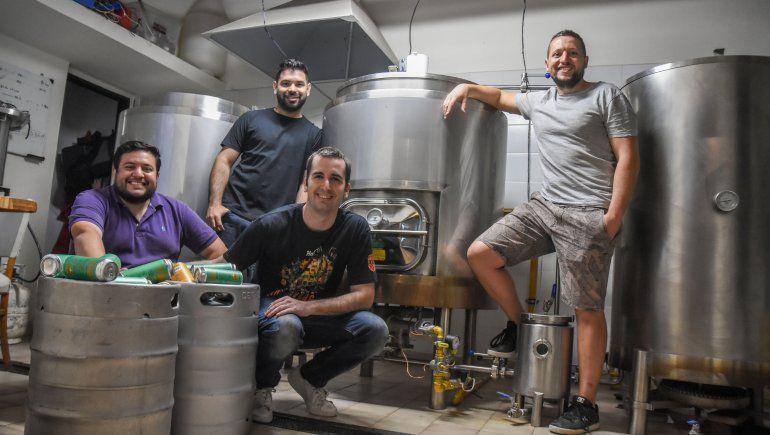 Cuatro amigos y una fábrica de cerveza que se reinventó por la pandemia