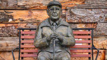 chapelco homenajeo a sus pioneros con una escultura de astete