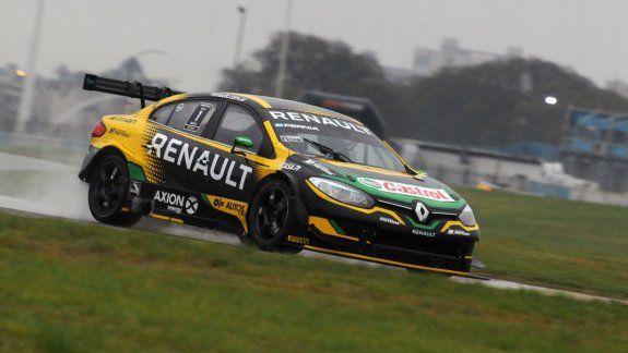 Leonel Pernía cerró un sábado perfecto para Renault al quedarse con la carrera clasificatoria del Súper TC2000 en el autódromo de Buenos Aires. Urcera terminó 11mo.