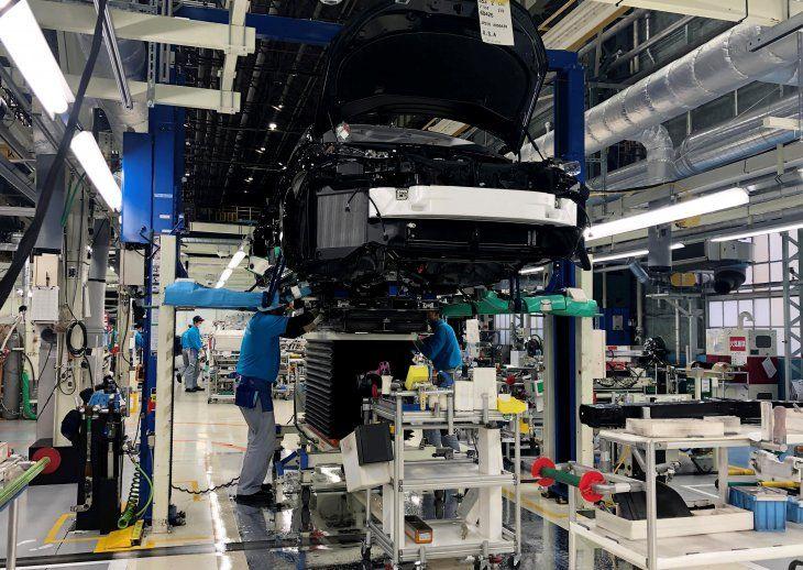 FOTO DE ARCHIVO: Trabajadores instalan el sistema de potencia de celda de combustible en un Toyota Mirai en una fábrica de Toyota Motor Corp. en Toyota en la Prefectura de Aichi
