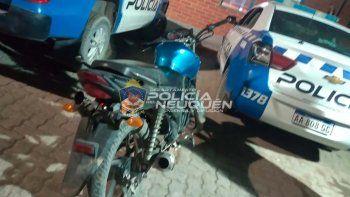 Manejaba una moto sin luces y descubrieron que era robada