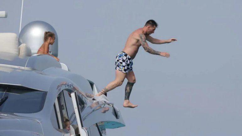 Clavado desde un yate y look canchero: las nuevas fotos de Messi en Ibiza