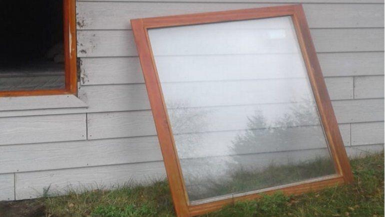 Los delincuentes sacaron la ventana de una habitación para poder ingresar a robar a la cabaña.