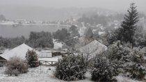 villa pehuenia celebra su primera nevada del ano