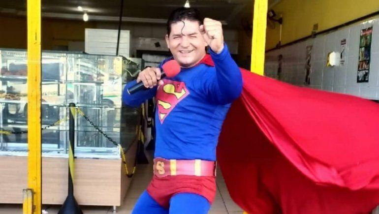 Instagram: Superman brasilero intentó detener un autobús pero le salió mal.