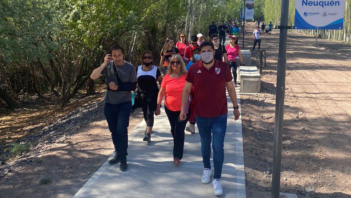 mas de 500 personas participaron de la caminata disfrutando del rio neuquen