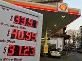 Foto de archivo. Una valla publicitaria electrónica con los precios de la gasolina en una estación de servicio Shell en Buenos Aires, Argentina. 17 de septiembre de 2018. REUTERS/Marcos Brindicci.