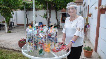 a los 91 anos recicla plasticos para cuidar el medio ambiente
