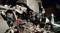 tragico derrumbe en lomas de zamora: murieron dos mujeres  y buscan mas victimas