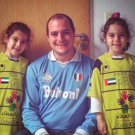 Walter y sus gemelas, Mara y Dona, con las camisetas autografiadas por Diego.