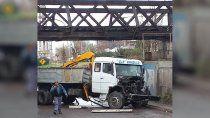¡otra vez los inconscientes! volvieron a chocar el puente ferroviario
