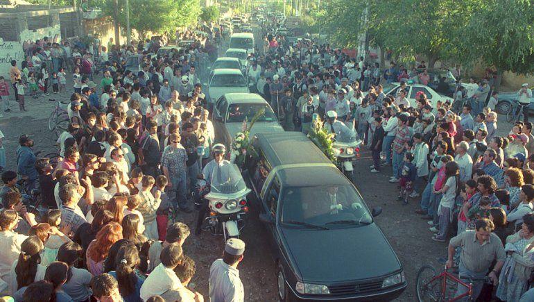 El paso de la caravana fúnebre muestra cómo todo el barrio se volcó a las calles para despedirlos.