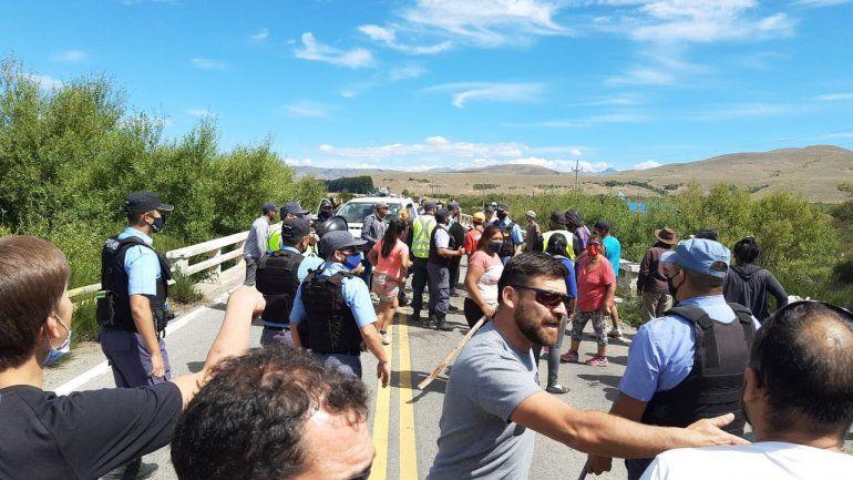 Video: tensión y piñas en un corte sobre la Ruta 40 en Junín