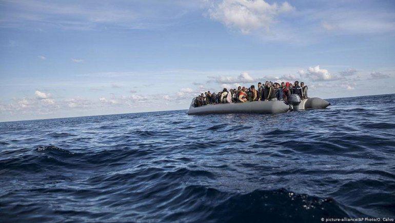 Casi 100 migrantes a la deriva en el mar