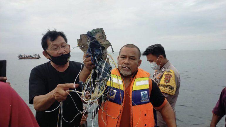 Tragedia aérea en Indonesia: las primeras tareas de rescate encontraron restos del avión.