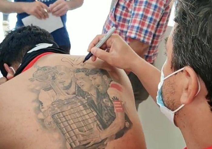 gallardo le firmo la espalda a un hincha con un increible tatuaje
