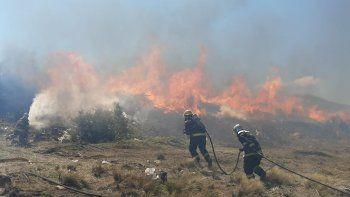 junin: bomberos intentan contener el incendio en la planta de reciclaje