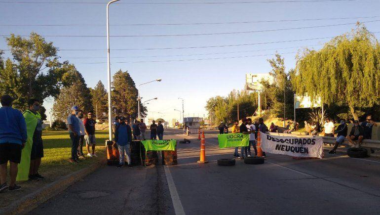 Ex trabajadores desocupados de la UOCRA en el corte en los puentes carreteros.