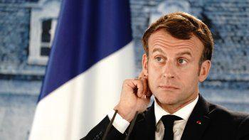 escandalo en francia: macron fue recibido a huevazos en una feria